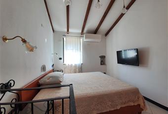 Il pavimento è piastrellato, la camera è luminosa Liguria SV Albisola superiore