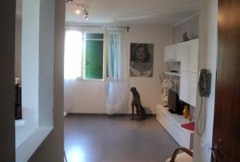 Luminosa, divano, mobile TV e tavolo con sedie, il pavimento è di parquet, il salone è luminoso Emilia-Romagna FE Comacchio