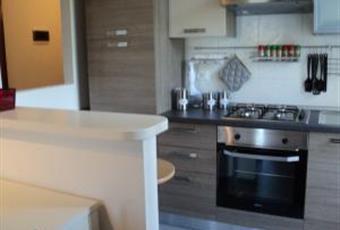 Angolo cucina, con forno, frigorifero, freezer e piano cottura. Dotato di pentole, posate, piatti e bicchieri. Emilia-Romagna FE Comacchio