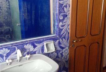 La camera è luminosa, il pavimento è piastrellato, il bagno è con  Puglia BA Bari