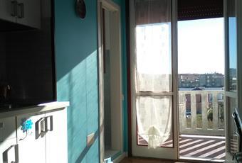 L'ingresso funge sia da cucina, che occupa un lato della stanza, sia da angolo pranzo, con tavolo e sedie; come si vede dalla foto l'impianto dell'aria condizionata si trova qui; sulla sinistra prima della porta finestra c'è l'accesso alla doccia. Marche PU Mondolfo