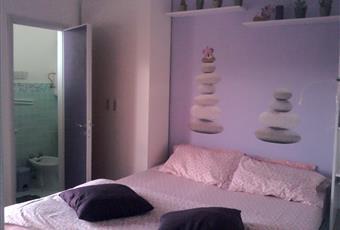 Essendo l'appartamento piccolissimo, la stanza da letto è di conseguenza: c'è un letto matrimoniale, un piccolo armadio e uno specchio; una porta immette nel bagnetto ed una porta finestra immette sul balcone; sotto il letto è possibile mettere delle valigie. Marche PU Mondolfo
