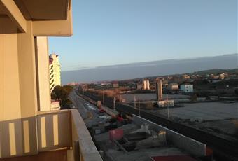 Come si vede il balcone è ampio ed è possibile se non fa troppo caldo stare seduti fuori; certo la ferrovia è vicina e il rumore si sente... per questo ho messo delle doppie finestre sulle due porte finestre Marche PU Mondolfo