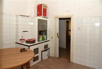 Ampia cucina con cucina economica a legna in muratura. Puglia LE Novoli
