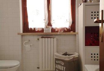 Il pavimento è piastrellato di bianco, i due bagni sono ampi e luminosi  Lombardia BS Desenzano del Garda