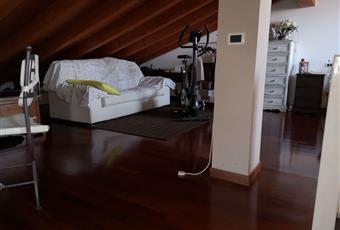 Il pavimento è di parquet, il salone è luminoso Lombardia BS Desenzano del Garda