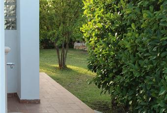 Il giardino, con vista mare, è ampio 400 mq e dispone di doccia esterna e fontanella Puglia BR Ostuni
