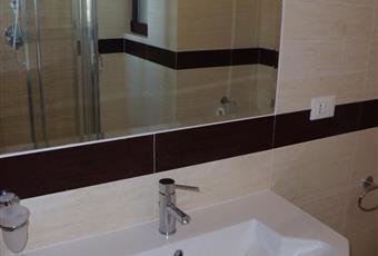 sono disponibili 2 bagni con doccia, uno per ogni livello. L'acqua calda sanitaria è assicurata da pannello solare Puglia BR Ostuni