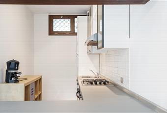 Cucina a vista con grande vetrata da cui si accede al terrazzo.  Piemonte AT Penango