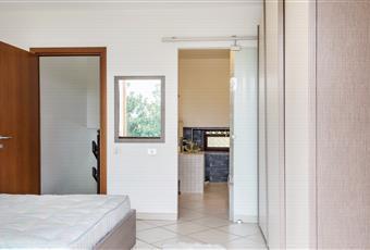 Camera da letto matrimoniale con bagno privato e con un'enorme finestra scorrevole che dà su un grosso balcone, da cui si può godere di una meravigliosa vista su tutta la valle fino alle catene montuose. Piemonte AT Penango
