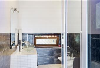 Bagno riservato completo di mobile lavandino in muratura, box idromassaggio, sauna, cromoterapia e radio. Piemonte AT Penango