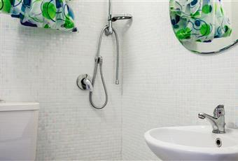 Bagno privato, dotato di doccia a scarico a pavimento, lavandino e wc. Piemonte AT Penango