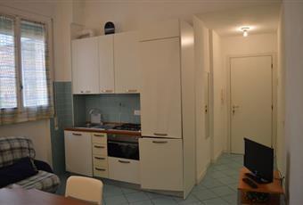 La cucina è luminosa, il pavimento è piastrellato Liguria SV Alassio