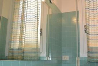 Il bagno è luminoso, il pavimento è piastrellato Liguria SV Alassio