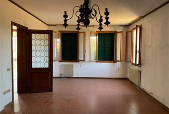 Il salone è luminoso, il pavimento è piastrellato, il salone è con mattoni a vista Veneto PD Trebaseleghe