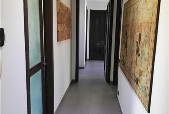 INGRESSO e corridoio di accesso a tutte le stanze della casa.Pavimento in gres. Lombardia VA Angera