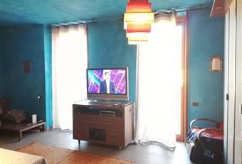 Il pavimento è in gres , i colore dei muri puo' essere cambiato. attualmente la stanza e' stata ampliata inglobando lo spazio di una delle 2 camere da letto; puo' essere facilmente ripristinato il divisorio per avere la seconda camera, prima della locazione. Lombardia VA Angera