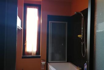 Il pavimento è in gre, il bagno ha la vasca idromassaggio con doccia, rivestimento in mosaico Bisazza. Lombardia VA Angera