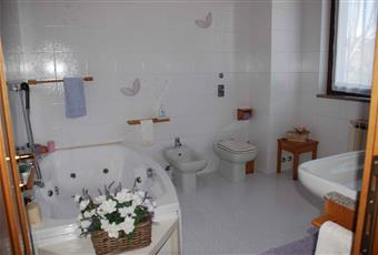 Ampio e luminoso bagno con vasca idromassaggio e doppi lavandini Lombardia MB Correzzana