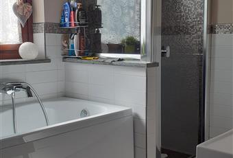 Il bagno è dotato di grande vasca e box doccia in muratura. Valle d'Aosta AO Fenis