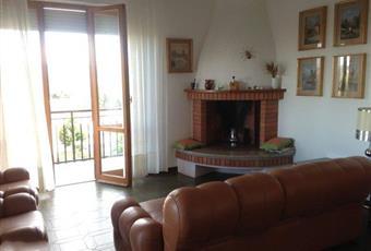Il salone è con mattoni a vista, il salone è luminoso, il pavimento è di parquet, camino Abruzzo TE Sant'Omero