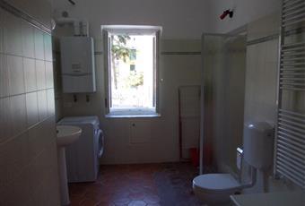 Il bagno è luminoso, il pavimento è piastrellato Liguria IM Imperia