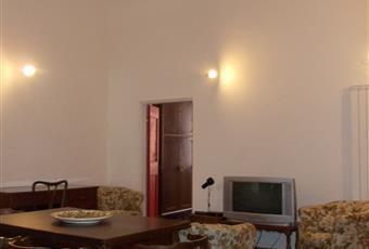 Il pavimento è di parquet, il salone è con soffitto alto Liguria IM Imperia