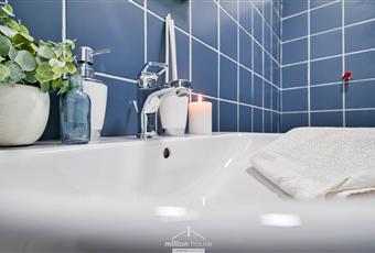 Il pavimento è piastrellato, ampia doccia Lombardia MI Milano