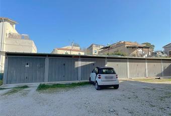 Il pavimento è di parquet, la cucina è luminosa. Garage di 15mq + 15mq di corte esclusiva. Abruzzo PE Scafa