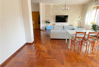 Il pavimento è di parquet, il salone è luminoso. Abruzzo PE Scafa