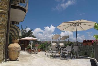 Grande terrazzo panoramico che circonda l'intera proprietà e a da cui si accede da 4 diversi ingressi. Una parte del terrazzo è coperta, c'è un forno a legna, un braciere, l'accesso alla dependance, alla piscina, al terreno e a un ampio deposito. Campania SA Castellabate