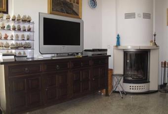 Ampio salone con camino e aria condizionata, bagno, accesso al terrazzo e al ripostiglio sottoscala. Campania SA Castellabate