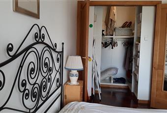 Ampia camera da letto con aria condizionata, balcone e ampia cabina armadio, la camera è luminosa, il pavimento è di parquet Campania SA Castellabate