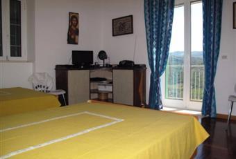 Ampia camera da letto con due letti alla francese, balcone, aria condizionata e armadio molto capiente, la camera è luminosa, il pavimento è di parquet Campania SA Castellabate
