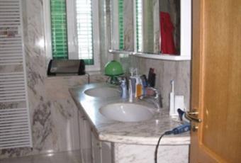Bagno al piano notte con doppio lavandino e doccia molto ampia, il bagno è luminoso, il pavimento è piastrellato Campania SA Castellabate