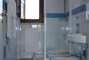 Il pavimento è piastrellato, il bagno è luminoso Puglia BR Cisternino