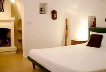 Il pavimento è piastrellato, la camera è con camino Puglia BR Cisternino