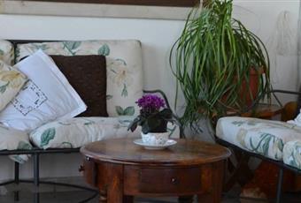 Il salone è con camino, il salone è con travi a vista, il salone è luminoso, il giardino è con erba Puglia BR Cisternino