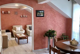 Il salone è con soffitto a volta, il pavimento è di parquet, il salone è con travi a vista Piemonte VB Bee