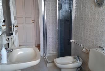 Il pavimento è piastrellato, il bagno è luminoso Puglia BA Bari