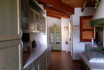 Il pavimento è di parquet, la cucina è con travi a vista Marche PU Pesaro