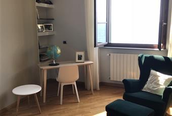 Il salone è con mattoni a vista, il salone è luminoso, il pavimento è di parquet Toscana LI Piombino