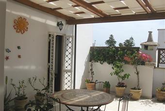 Veranda molto ampia dove poter fare colazione o altri pasti.  La veranda ha anche una bellissima copertura in legno che protegge completamente in caso di pioggia Puglia LE Squinzano