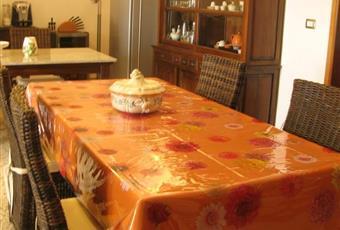 Cucina - tinello molto ampio! E' dotato di due tavoli in legno allungabili, 2 credenze in legno e cucina con forno e lavastoviglie (nuovissimi).  La cucina tinello ha soffitti molto ampi. Dalla cucina si accede alla ampia veranda. Nella cucina c'è uno dei tre bagni Puglia LE Squinzano