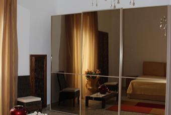 Camera da letto molto ampia con soffitti altissimi e molto luminosa. Ha una grande finestra. la camera ha un bagno in camera molto grande con box doccia in cristallo, lavandino e water. La camera è dotata di un letto matrimoniale molto comodo e nuovissimo, armadio grandissimo a tre ante scorrevoli e a specchio, molto elegante. Puglia LE Squinzano