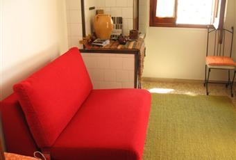Piccola saletta da adibire al relax, lettura o a camera da letto per ospiti. E'dotata di un comodo divano letto singolo, armadio per libreria. Nella saletta vi è una antica cucina caminetto usata precedentemente per cucinare. Dalla saletta si puo anche accedere alla veranda. Puglia LE Squinzano