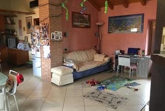 Il salone è con soffitto a volta, il pavimento è piastrellato, il salone è luminoso Lombardia CO Orsenigo