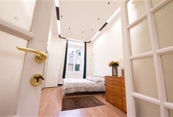 Il pavimento è di parquet, la camera è luminosa, la camera è con soffitto alto Liguria GE Genova