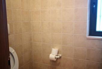 Il pavimento è piastrellato, il bagno è luminoso Puglia BR Fasano