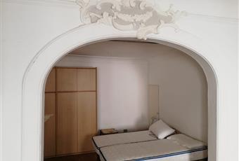 Camera doppia (35 mq): costituita da zona notte (due letti singoli, comodini, armadio quattro stagioni) e zona giorno (2 finestre, divano, due poltrone, tavolo, sedie e libreria)  Marche PU Urbino